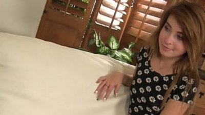 Kylie talks her stepbrother into how to make her pussy squirt